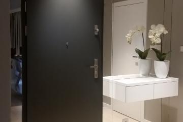 Lustra na ścianie